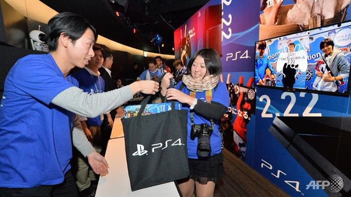 Sony_PS4_launch_Japan_customer