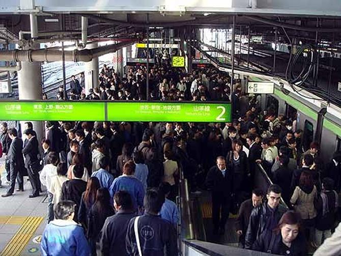 wedding-ceremony-on-tokyos-busiest-rail-2