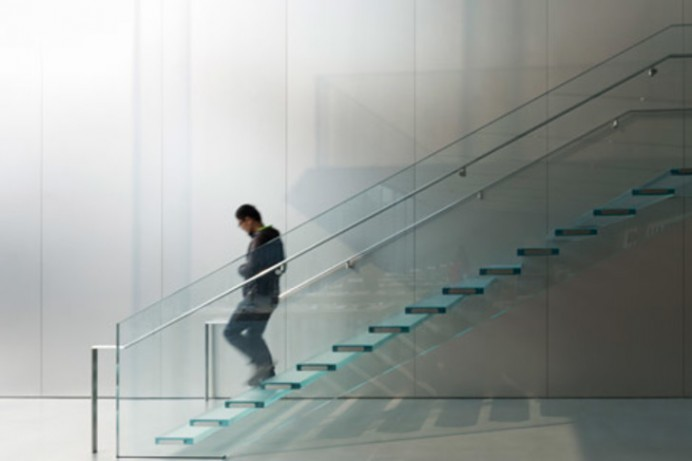 Apple-store-Foster-and-Partners-glass-staircase