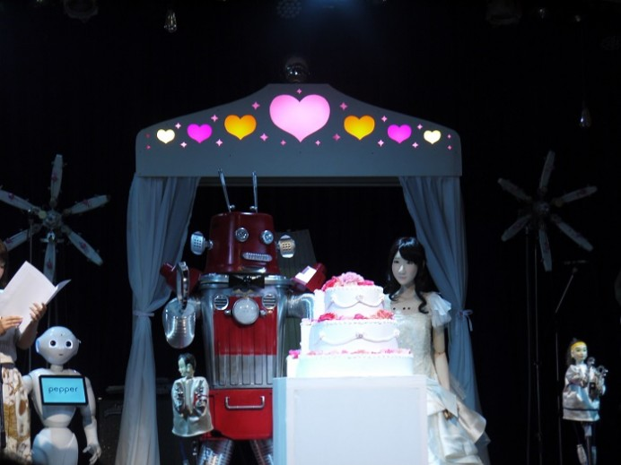 worlds-first-robot-couple-to-be-joined-in-matrimony-2