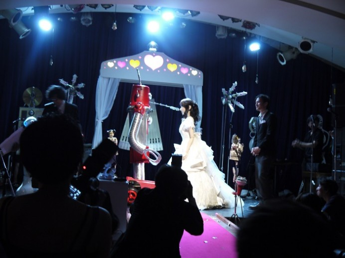 worlds-first-robot-couple-to-be-joined-in-matrimony-3