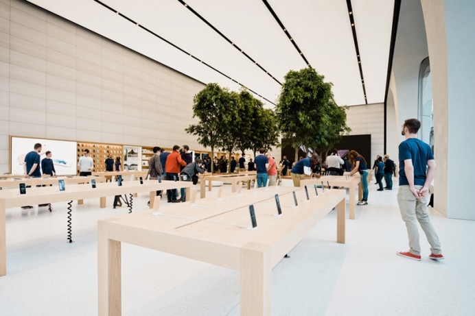 Apple's Jony  first Belgian store 3