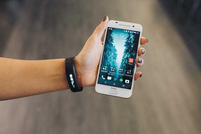 HTC-under-armour-healthbox-fitness-tracking-designboom-02-818x545